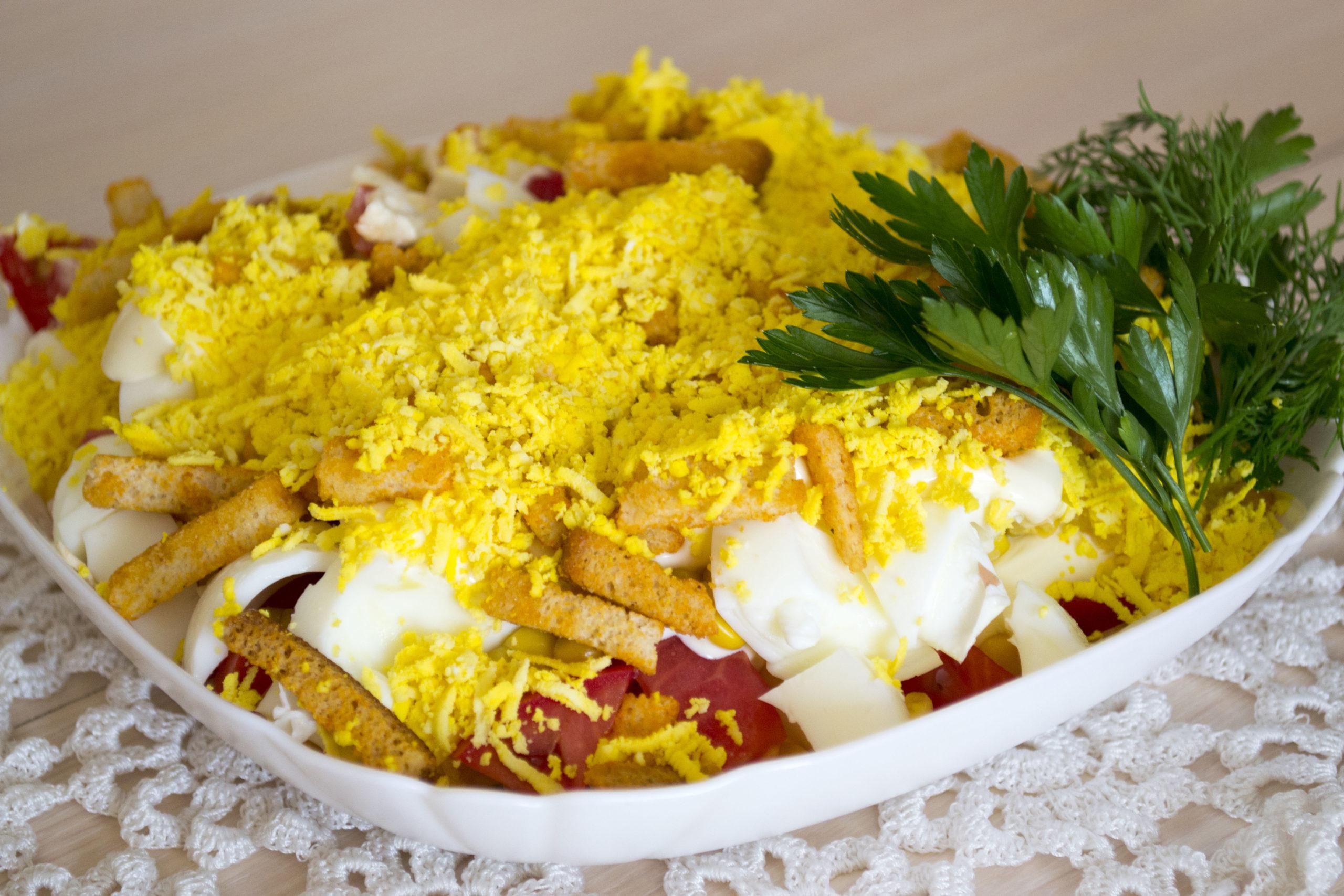 Салат з копченим сиром-косичкою